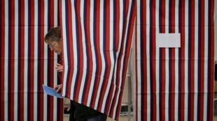 Une partisane des démocrates participe au vote pour choisir le candidat qui représentera leur parti à la présidentielle, le 11 février 2020 à Stark, dans le New Hampshire.