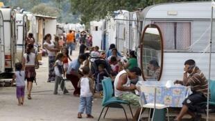 Acampamento ilegal de ciganos no leste da França.