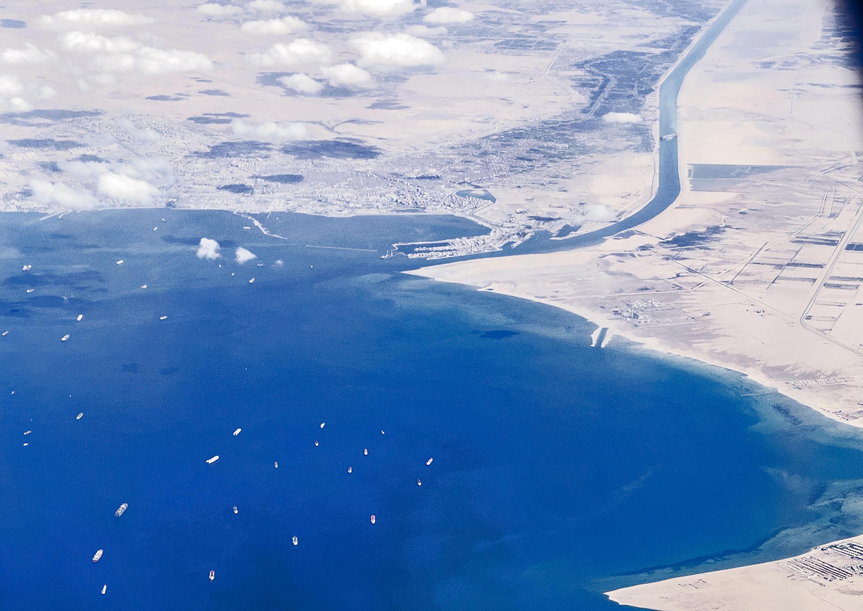 Image d'archive RFI : Des navires à l'entrée sud du canal de Suez, bloqués par le cargo Ever Given, sur une photo prise depuis un avion le 27 mars 2021 dans le nord-est de l'Égypte