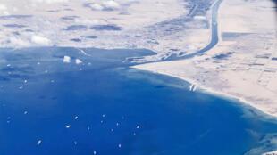 Los barcos fondeados frente a la entrada sur del Canal de Suez, bloqueado por el carguero Ever Given, en una imagen tomada desde un avión el 27 de marzo de 2021 al noreste de Egipto