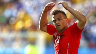 Xherdan Shaqiri lors de la coupe du monde 2014. Le meneur de jeu helvète pourrait dorénavant choisir de jouer en sélection nationale kosovare du fait de sa double nationalité.
