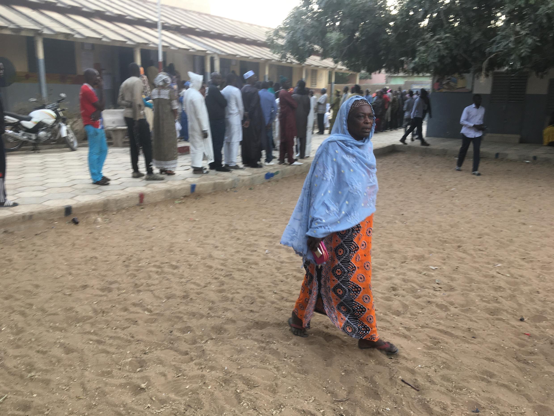 Une file d'attente devant une école du quartier Biscuiterie, à Dakar, transformée en bureau de vote pour la présidentielle du 24 février 2019.