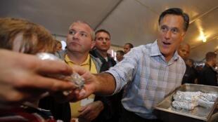 Le candidat républicain Mitt Romney fait la distribution de hot dogs, à Richmond, en Virginie. Une façon typiquement américaine de faire campagne.