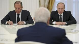 Waziri wa mambo ya nje wa Syria, Wallid Moallem (akionekana mgongo) akiwa mbele ya Rais wa Urusi Vladimir Putin (kulia) na wazir