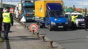 As fronteiras entre a França e Espanha estão encerradas desde 16 de Março, excepto para trabalhadores transfronteiriços e camiões de mercadorias como aqui em Hendaia, no país basco.