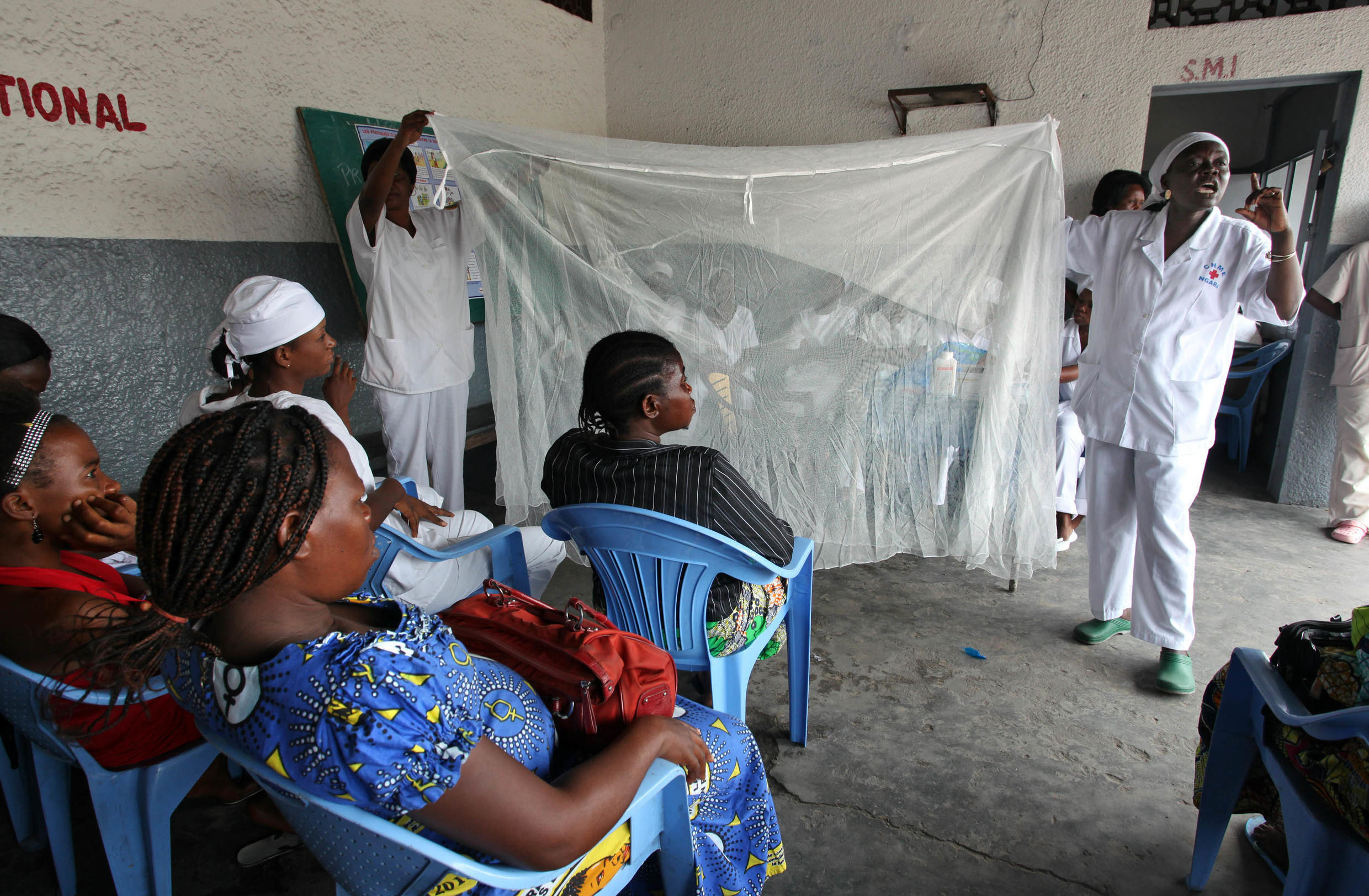 People are taught how to use bednets