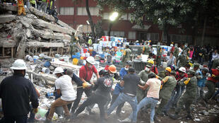 墨西哥强震后消防员,警察,士兵和志愿者寻找幸存者2017年9月20日