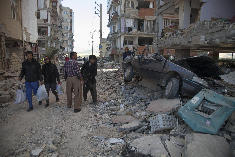 Des habitants dans une rue de la ville iranienne de Sarpol-e Zahab, dans la province de Kermanshah, située le long de la frontière avec l'Irak, le 13 novembre 2017.