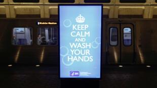 Le message «Gardez votre calme et lavez-vous les mains» est affiché dans une station de métro en Virginie, États-Unis, le 13 mars 2020.