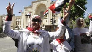 Partidários do regime de Bashar al-Assad se manifestam em frente ao Parlamento, em Damasco, nesta quinta-feira.