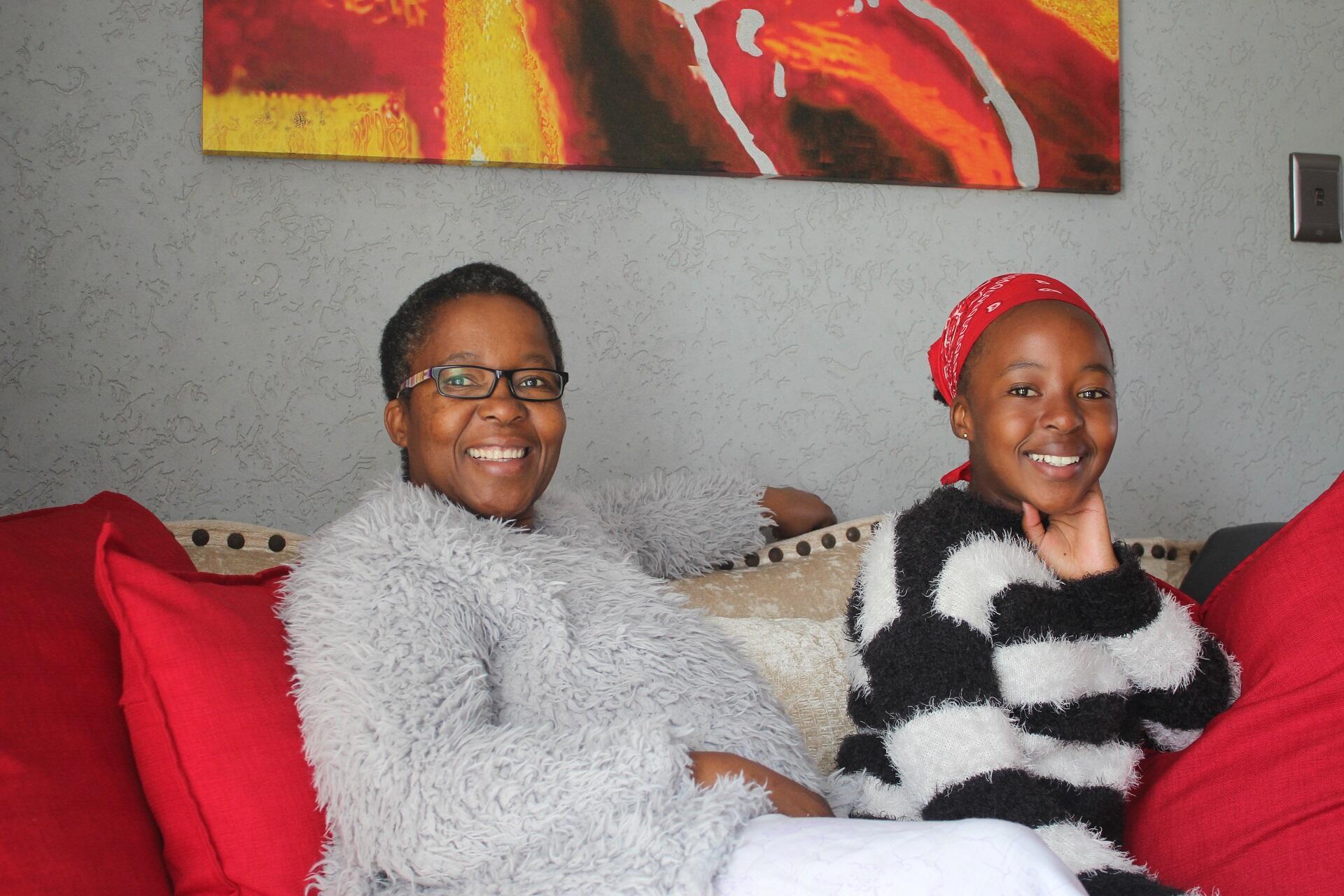 Ruth Motau et sa fille Masetjhaba chez elles, à Johannesburg, en Afrique du Sud.