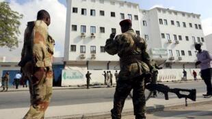 Des soldats somaliens sont positionnés devant l'hôtel Maka al-Mukarama qui a été attaqué par les shebabs, à Mogadiscio, le 28 mars 2015.