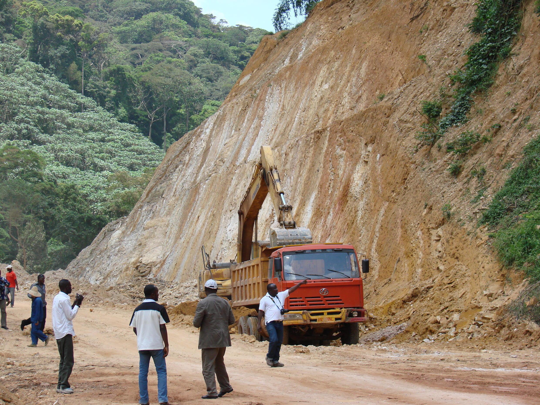 Une photo prise en 2011 montre des travailleurs qui construisent la section de la route entre Brazzaville, Dolisie et Pointe Noire.
