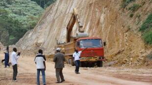 Une photo prise en 2011 montre des travailleurs qui construisent la section de la nouvelle route entre Brazzaville, Dolisie et Pointe Noire.