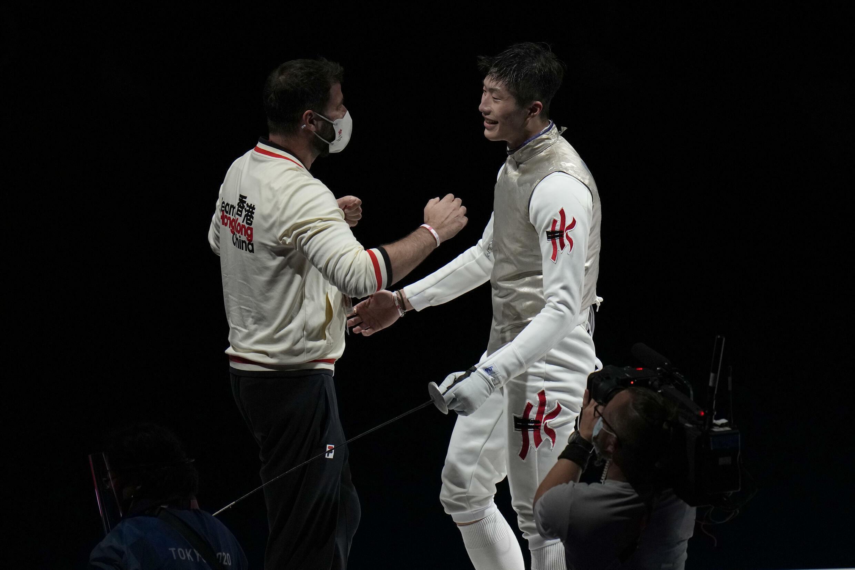 2021年7月26日,香港「少年劍神」張家朗(圖右)挑走男子花劍冠軍,為香港奪得東京奧運第一面金牌挑走男子花劍冠軍。賽後與教練Gregory Koenig慶祝勝利。