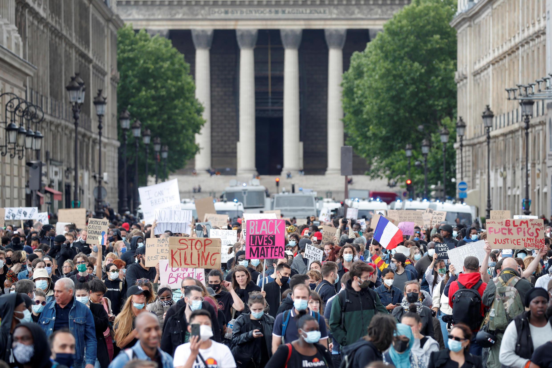 Manifestantes percorrem a rua Royale em direção à praça da Concórdia, em Paris, neste sábado (6).