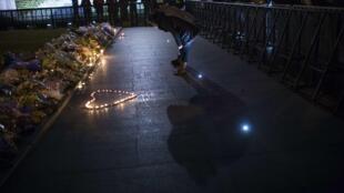 Chineses se reúnem em memorial em homenagem às vítimas da tragédia.