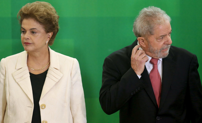 Dilma Rousseff fut le fidèle lieutenant du président Lula avant de lui succéder. C'est désormais lui qui se retrouve ministre. A moins que la justice et les protestataires ne parviennent à l'en empêcher. Brasilia, 17 mars 2016.