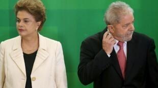Tổng thống Brazil Dilma Rousseff (T) và người tiền nhiệm Lula. Ảnh chụp tại thủ đô Brasilia, ngày 17/03/2016.