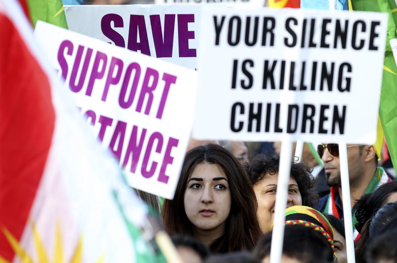 """""""Seu silêncio está matando as crianças"""", diz cartaz durante protesto realizado em Londres, no último sábado (1), contra o grupo Estado Islâmico."""