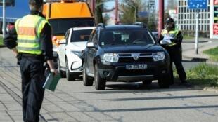 Contrôle des véhicules et des passagers à la frontière allemande en direction de la France.
