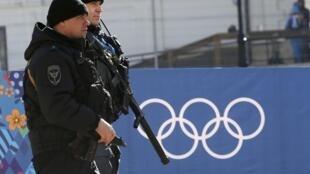 俄羅斯安保人員在街頭巡邏,2014年2月6日。