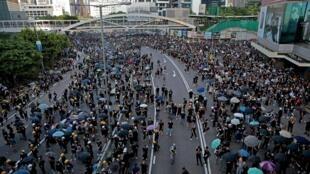 Người biểu tình bị cảnh sát bắn hơi cay tại khu phố Hardcourt Road, Admiralty, Hồng Kông ngày 05/08/2019.