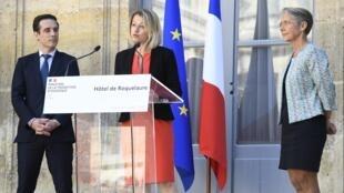 La nouvelle ministre de la Transition écologique, Barbara Pompili (au c.) et Elisabeth Borne (à dr.), sa prédécesseur.