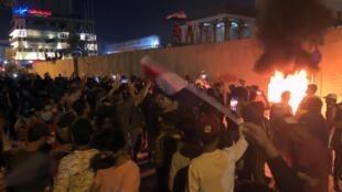 Des manifestants ont incendié le consulat d'Iran au cours des manifestations anti-gouvernementales à Kerbala, le 3 novembre 2019.