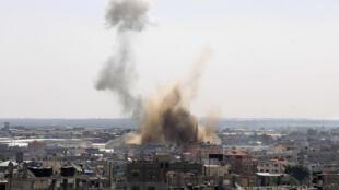 Un énorme nuage de fumée se dégage au dessus de Rafah après le passage d'un avion de l'armée israélienne, le 8 août 2014.