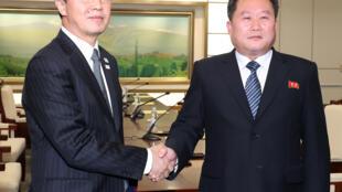 Trưởng đoàn đàm phán BTT, Ri Son Gwon (P) bắt tay đại diện Hàn Quốc Cho MyoungGyon. Ảnh ngày 09/01/2018.