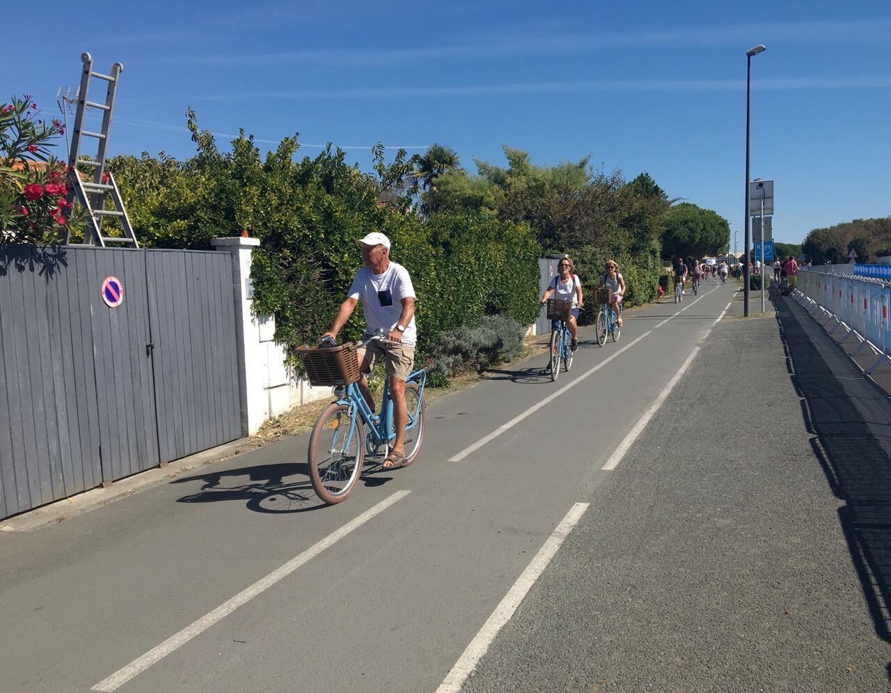 Avant celui du Tour de France, le peloton de l'Île de Ré circule sur l'une des nombreuses pistes cyclables, mardi 8 septembre 2020.
