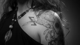 Лора Левек, бывшая в числе заложников в Батаклане, сделала татуировку на плече.