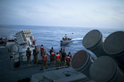 Exército israelense diante da flotilha pró-palestina, antes do ataque, em  31 de maio.
