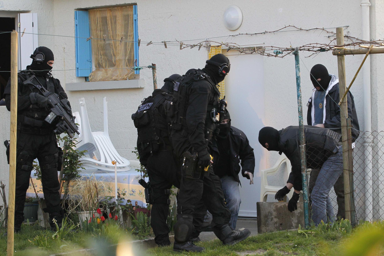 Lực lượng cảnh sát đặc nhiệm khám xét một căn nhà tại Nantes ngày 30/03/2012, trong khuôn khổ chiến dịch truy quét các phần tử Hồi giáo cực đoan.