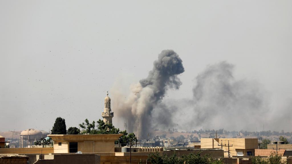 Fumaça no centro de Mossul, depois de um ataque aéreo em 25 de junho de 2017