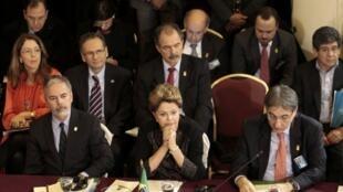 Presidente brasileira Dilma Rousseff (centro) durante a reunião de cúpula do Mercosul em Montevidéu.
