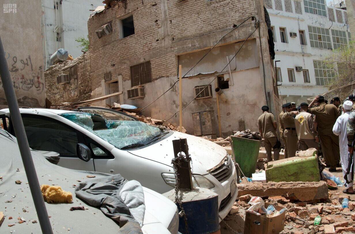 نیروهای امنیتی عربستان، در محلی که بمبگذار انتحاری خود را منفجر کرد. ٢ تیر/ ٢٣ ژوئن ٢٠۱٧