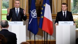 Президент Франции Эмманюэль Макрон и генеральный секретарь НАТО Йенс Столтенберг в ходе совместной пресс-конференции в Париже, 28 ноября 2019 года