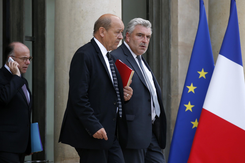 Les ministres français de la Défense Jean-Yves Le Drian (c) et des Transports Frédéric Cuvillier (d), ce jeudi, à la sortie d'une réunion d'urgence, à l'Elysée.