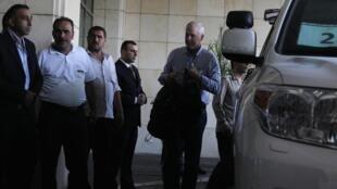 Aake Sellstrom (D), à la tête de la mission de l'ONU chargée de l'enquête sur les armes chimiques à son arrivée à Damas, le 18 août 2013.