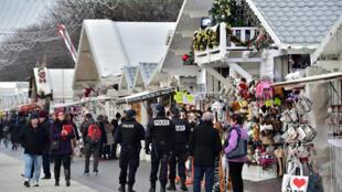Mercado de Natal na Avenida dos Campos Elísios em Paris