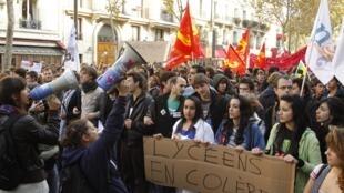 Les lycéens défilent à Paris contre la réforme des retraites, le 14 octobre 2010.