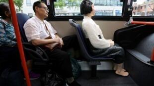 """Hình nộm một """"Phụ nữ giải sầu"""" trên một tuyến xe buýt ở Seoul, Hàn Quốc."""