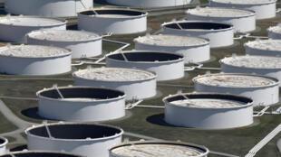Des citernes de stockage de pétrole brut  en Oklahoma aux Etats-Unis.