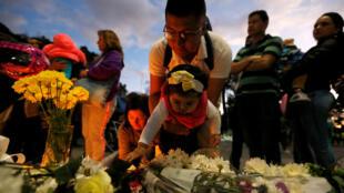 Des Colombiens se rassemblent pour honorer la mémoire des victimes de l'attentat de Bogota, le 18 janvier 2019 dans la capitale.