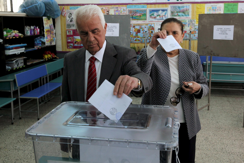 Le candidat sortant et favori Dervis Eroglu vote lors du premier tour des élections chypriotes turques, le 19 avril.