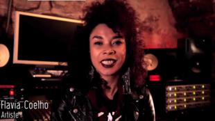 A cantora Flavia Coelho dá depoimento em vídeo
