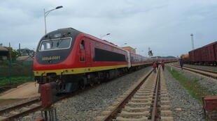 Après presque deux décennies d'interruption due à la guerre civile, le train «express» pour Malange quitte la gare de Viana, à 20 kilomètres de Luanda, la capitale angolaise, ce 13 janvier 2011.