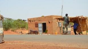 Un policier armé monte la garde ce mercredi 19 juin au poste de contrôle de la police où  deux policiers ont été tués et quatre autres blessés lors d'une attaque nocturne.